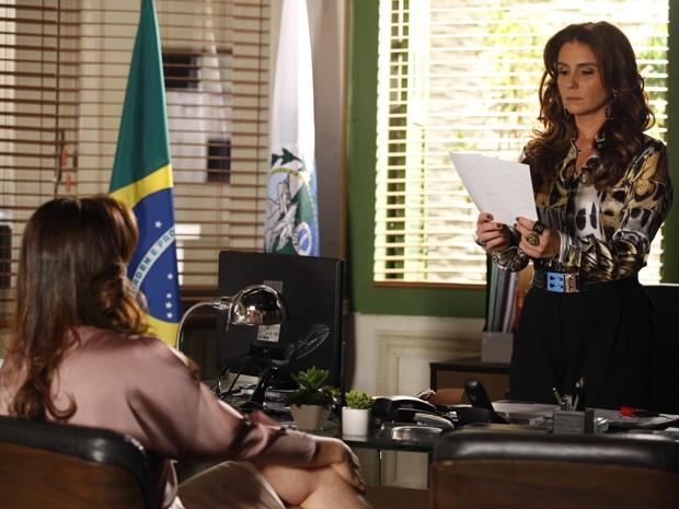 Helô mostra fotos de gravação  (Foto: Salve Jorge/TV Globo)