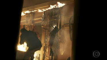 Borges tenta apagar o incêndio