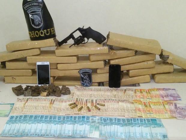Maconha e outros produtos apreendidos foram levados à delegacia (Foto: Divulgação/PM)