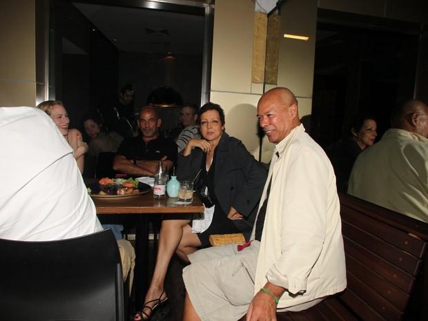 Betty Lago com amigos em restaurante no Rio (Foto: Delson Silva/ Ag. News)