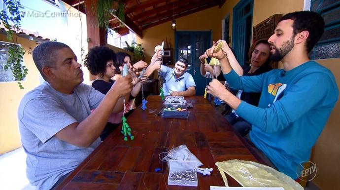 Renato Barbosa enisa adultos a fazer brinquedos com materiais recicláveis (Foto: reprodução EPTV)