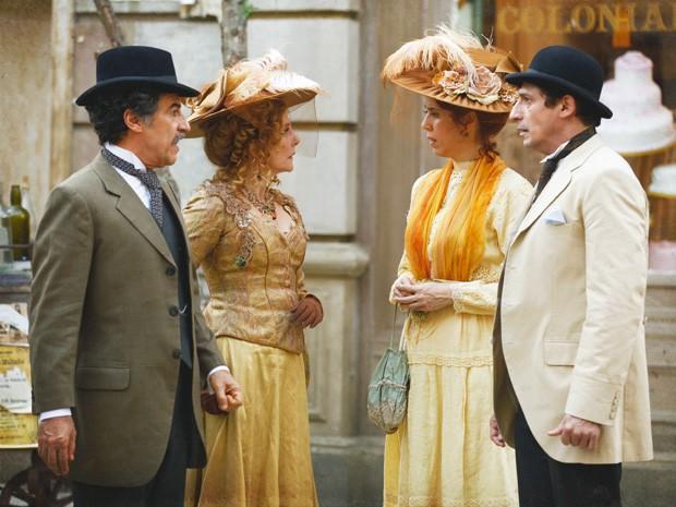 Neusinha e Diva compram o mesmo chapéu (Foto: Lado a Lado/Tv Globo)