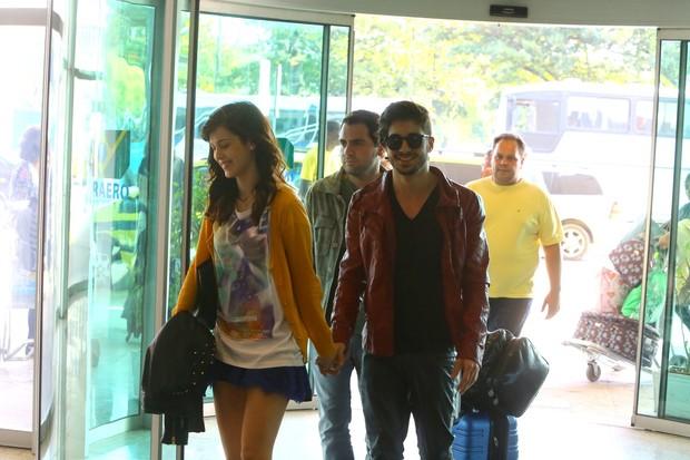 Fiuk e Sophia Abrahão no aeroporto (Foto: Marcello Sá Barreto / AgNews)