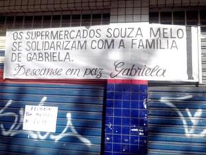 supermercado adolescente morta assalto Itaúna MG faixa (Foto: Thiago Carvalho/G1)