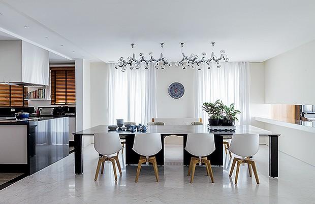 Sala de Jantar: unidas, as mesas de carvalho ebanizado acomodam mais convidados. Fruteira, da Alessi, na Benedixt, com vasos, da L'Oeil. Cadeiras Flow, da Montenapoleone. Luminária da Fas, à venda na Onlight (Foto: Lufe Gomes)