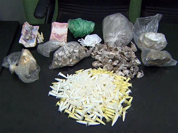 Drogas foram encontradas em uma casa e um terreno em Ribeirão Preto, SP (Foto: Ronaldo Oliveira/EPTV)