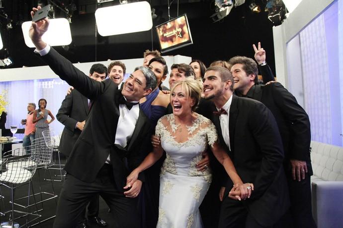 Famosos fazem selfie nos bastidores do 'Domingão do Faustão' (Foto: Carol Caminha/Gshow)