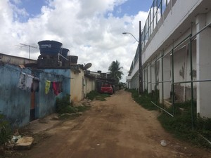 Distância entre as residências e o muro do Complexo do Curado (Foto: Thays Estarque/G1)