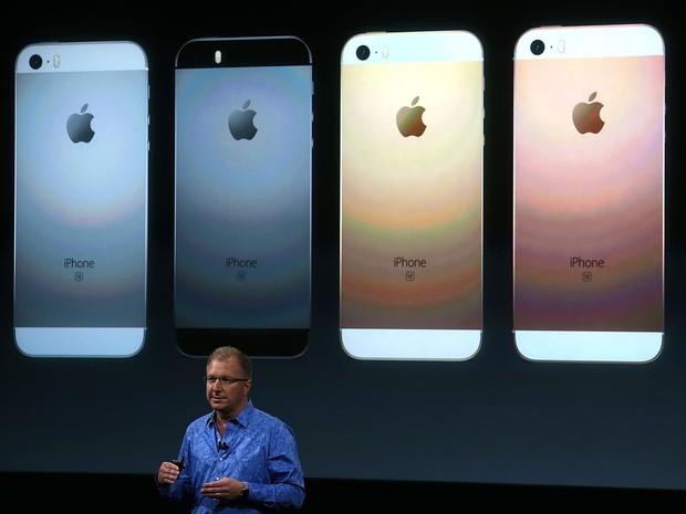 Greg Joswiak, vice-presidente da Apple, mostra o novo iPhone SE. (Foto: Justin Sullivan/France Presse)