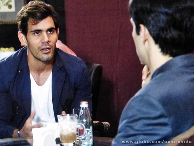 Na cara de pau, Ninho pede mais din din a Félix (Foto: Amor à Vida / TV Globo)