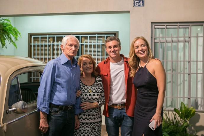 Angélica posa com Luciano Huck e os pais, Francisco e Angelina, no 'Visitando o Passado' (Foto: Raquel Cunha/TV Globo)
