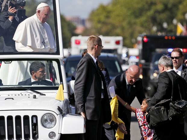 A menina Sophie Cruz, de cinco anos, entrega carta e camiseta ao Papa Francisco, em Washington, após conseguir furar bloqueio da segurança (Foto: AP Photo/Alex Brandon, Pool)