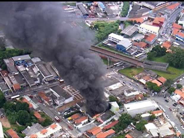 Os bombeiros combatem incêndio na Rua Antonio Soares Lara, 75, em Itaquera, na Zona Leste de São Paulo. (Foto: Reprodução/TV Globo)