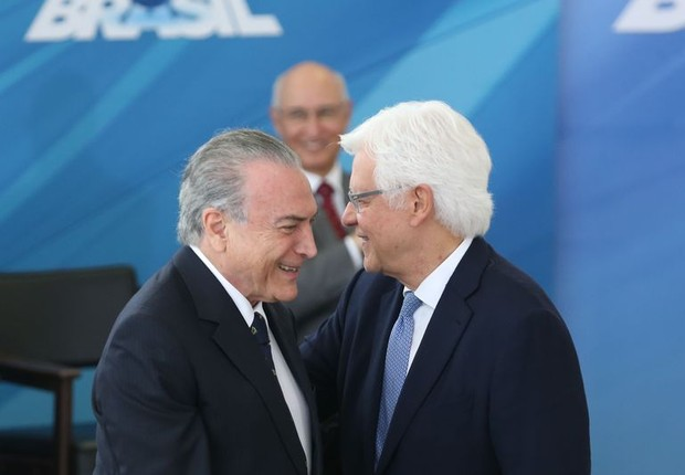 O presidente Michel Temer cumprimenta Moreira Franco, novo ministro de seu gabinete (Foto: Antônio Cruz/Agência Brasil)