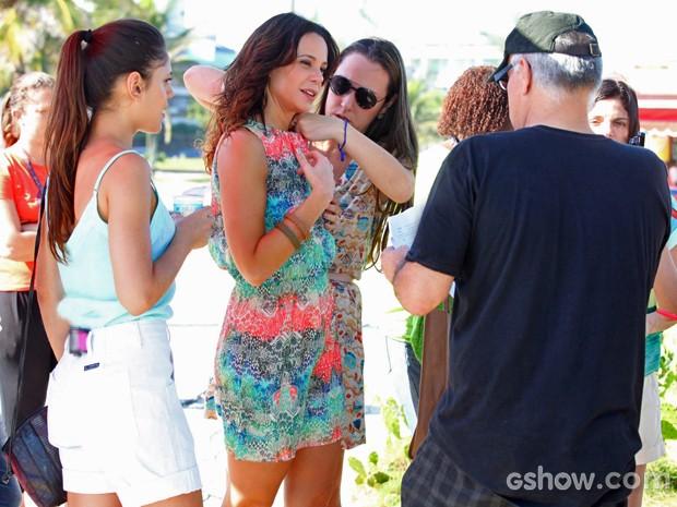 Vanessa faz ajustes no figurino enquanto conversa com o diretor (Foto: Pedro Curi/ TV Globo)