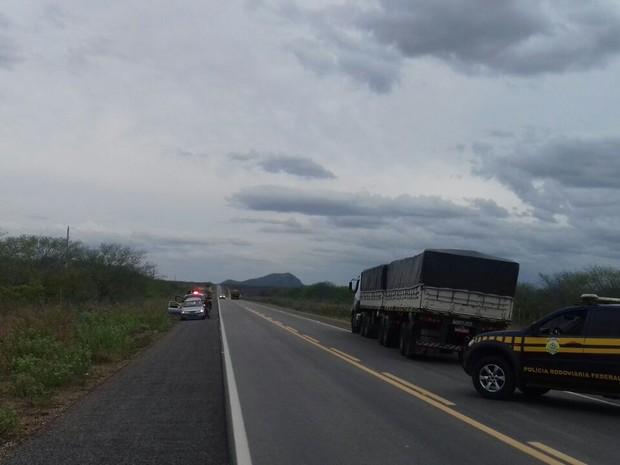 Caminhão com 40 toneladas de charque foi recuperado (Foto: Divulgação/PRF)