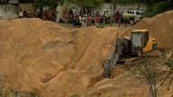 Bombeiros resgatam corpo de advogado que foi cimentado em fundo de poço