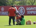 Primeiro susto: Valdívia leva pancada no tornozelo e deixa treino do Inter