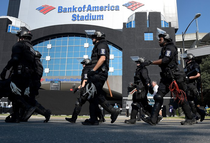 Policiais fazem a segurança do estádio do Carolina Panthers em dia de protestos nas ruas de Charlotte (Foto: Getty Images)