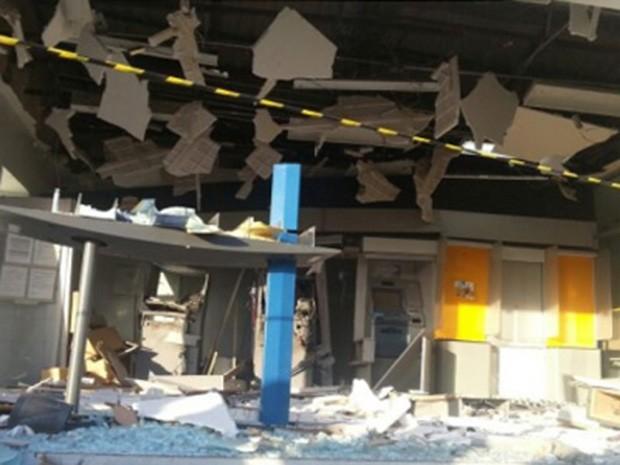 Homens fortemente armados explodiram a agência do Banco do Brasil em Governaor Dix-Sept Rosado (Foto: Marcelino Neto/O Câmera)