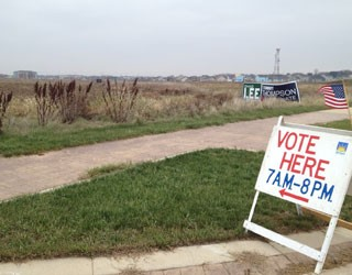 Bandeira americana sinaliza entrada para as urnas na cidade de Sun Prairie, Wisconsin (Foto: Ryan Rainey/Especial para o G1)