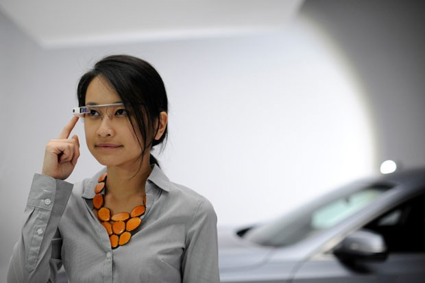 O Genesis, da Hyundai, integra os óculos inteligentes Google Glass ao sistema do carro, para executar funções do veículo. (Foto: Divulgação/Hyundai)