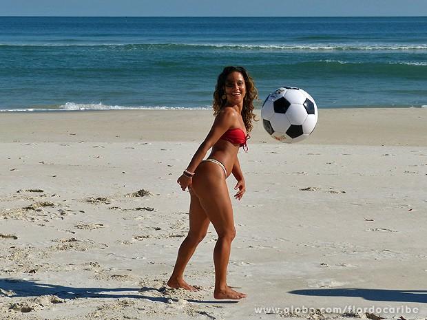 Ela não para! Cinara adora brincar entre gravações (Foto: Flor do Caribe / TV Globo)