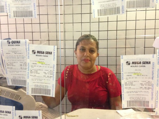 Gabriela Mesquita, funcionária da lotérica de onde veio o último prêmio da Mega Sena (Foto: Marianna Holanda/G1)