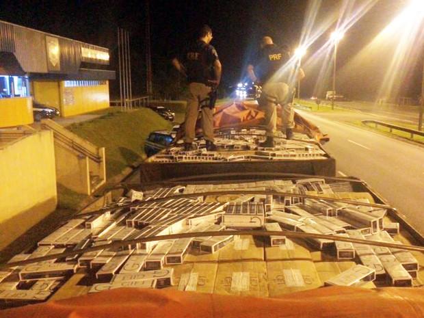PRF apreendeu 750 mil maços de cigarro contrabandeados em Barra do Turvo, SP (Foto: Divulgação/Polícia Rodoviária Federal)
