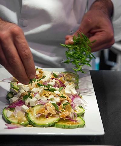Brilhante salada de abobrinha e queijo branco com alho e amêndoas tostados (Foto: Marcia Evangelista/Editora Globo)