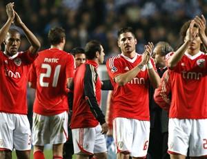Benfica aplaude torcida após jogo contra o Chelsea (Foto: AP)
