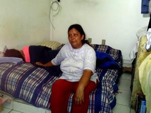 Mãe com a filha após ser encontrada, em Uberlândia (Foto: Flávia Reis/G1)