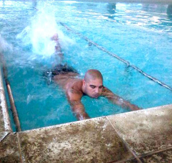 Adriano fazendo exercícios na piscina (Foto: Reprodução / Instagran)