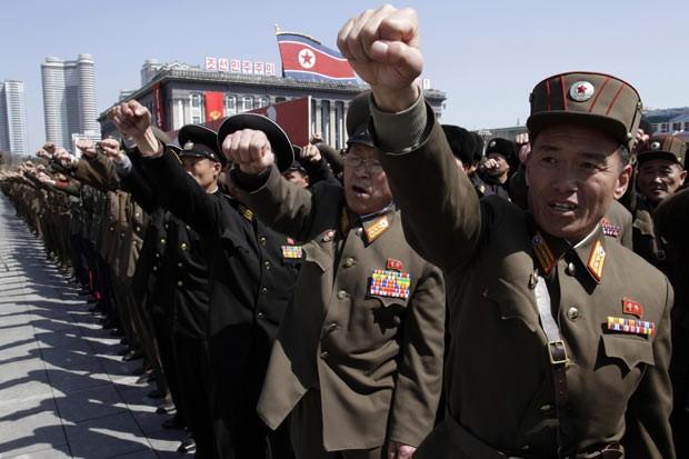Militares norte-coreanos participam nesta sexta-feira (29), na capital Pyongyang, de manifestação de apoio ao governo e a favor do ataque aos rivais Coreia do Sul e EUa (Foto: AP)