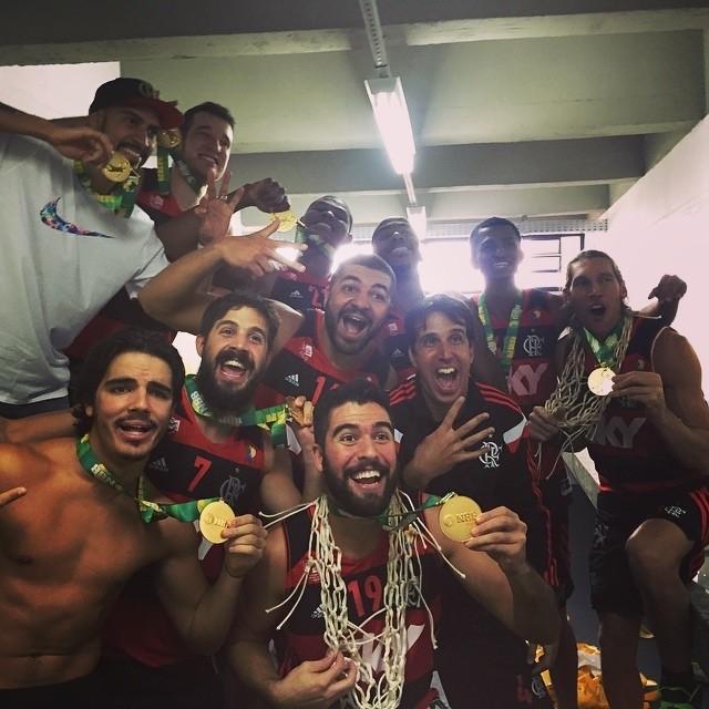 Nico Laprolittola Flamengo campeão NBB 7 comemoração vestiário (Foto: Divulgação / Instagram)
