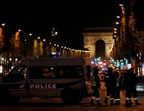 A polícia parisiense fechou a Champs-Élysées na noite de quinta-feira (20) depois que um ataque contra a polícia deixou um oficial morto e dois feridos. O atirador foi morto tentando fugir. (Foto: BENJAMIN CREMEL/AFP)