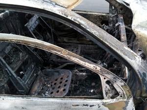 Saveiro ficou completamente destruída pelo fogo após acidente na Rodovia Luiz de Queiroz, em Santa Bárbara (Foto: Araripe Castilho/G1)