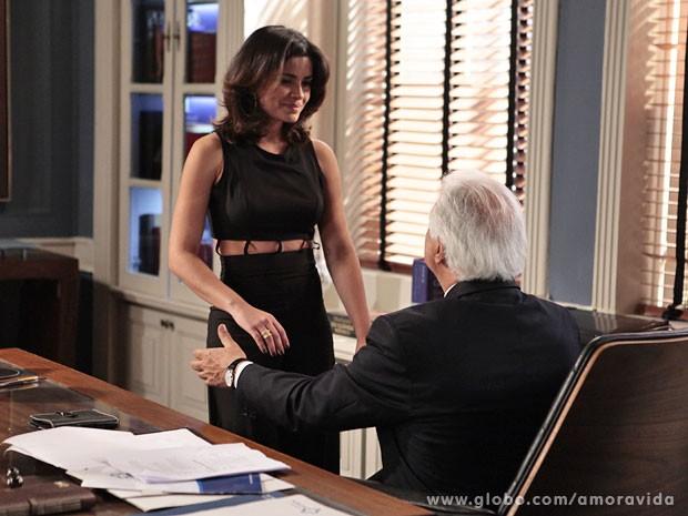 Aline consegue ter César na plama da mão (Foto: Pedro Curi/TV Globo)