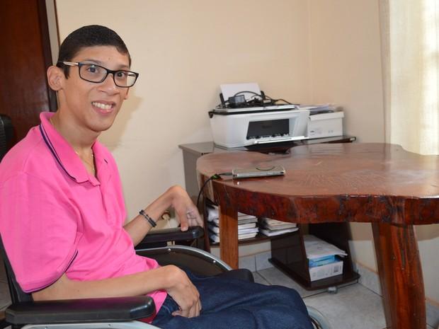 Geraldo Júnior Duarte Brites Cabreira é aluno do terceiro semestre de Jornalismo da UCDB e se inspirou em conterrânea para fazer a faculdade (Foto: Anderson Viegas/G1 MS)