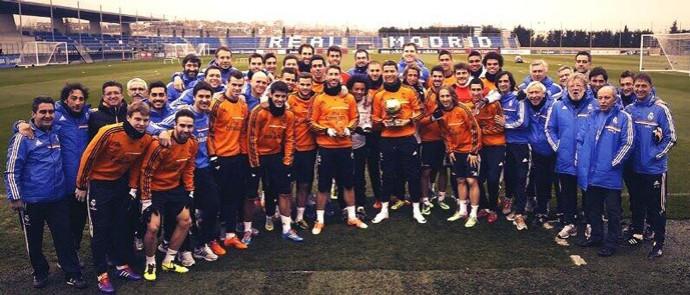 Cristiano Ronaldo com a bola de ouro no treino do Real Madrid (Foto: Reprodução / Twitter)