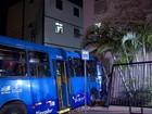 Ônibus invade prédio na Região Oeste de Belo Horizonte