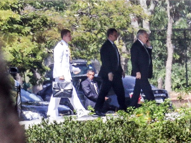 O vice-presidente Michel Temer é visto chegando ao Palácio do Jaburu, sua residência oficial em Brasília, nesta quarta-feira (11). O plenário do Senado vota hoje o afastamento da presidente Dilma Rousseff. Se o processo foi aprovado, Temer assume (Foto: Gabriela Biló/Estadão Conteúdo)