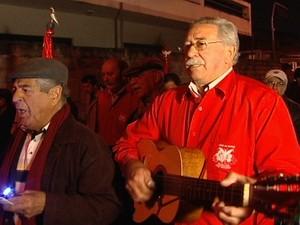 Integrantes da folia do Divino de Mogi das Cruzes (Foto: Reprodução/TV Diário)