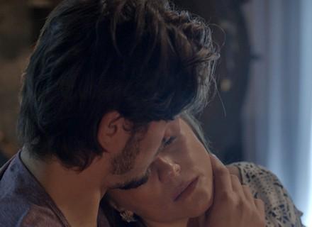 Rafael tenta beijar Lili