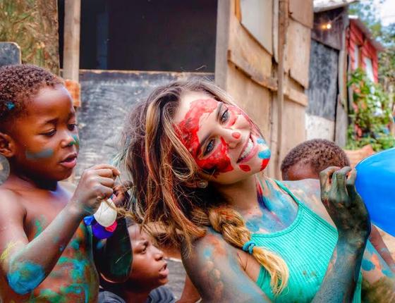 Wanda Grandi faz trabalho voluntário com crianças carentes do Jardim Gramacho, região da Baixada Fluminense (Foto: Divulgação)
