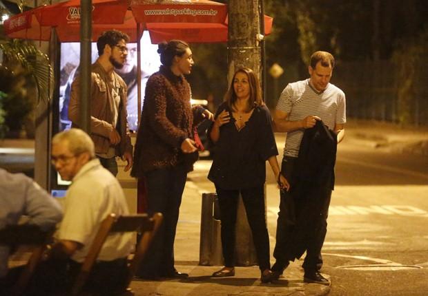 José Loreto e Débora Nascimento jantam com amigos no Rio (Foto: AgNews)