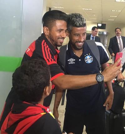 Léo Moura é assediado por torcedores do Flamengo na chegada a Brasília (Foto: Amanda Kestelman/GloboEsporte.com)