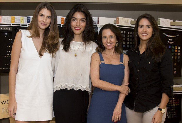 Manuela Bordasch, co-fundadora do Steal The Look; Laura Ancona, redatora-chefe da Marie Claire; Mônica Orcioli, diretora da Swarovski; e Gisele Truzzi, da Truzzi Advogados (Foto: Rogério Canella)