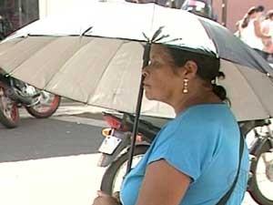 Mulher tenta se proteger do sol forte (Foto: Reprodução / TV Integração)