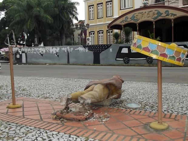 Estátua de Luiz Gonzaga foi quebrada no pé e caiu no chão (Foto: Begson Lira/TV Globo)